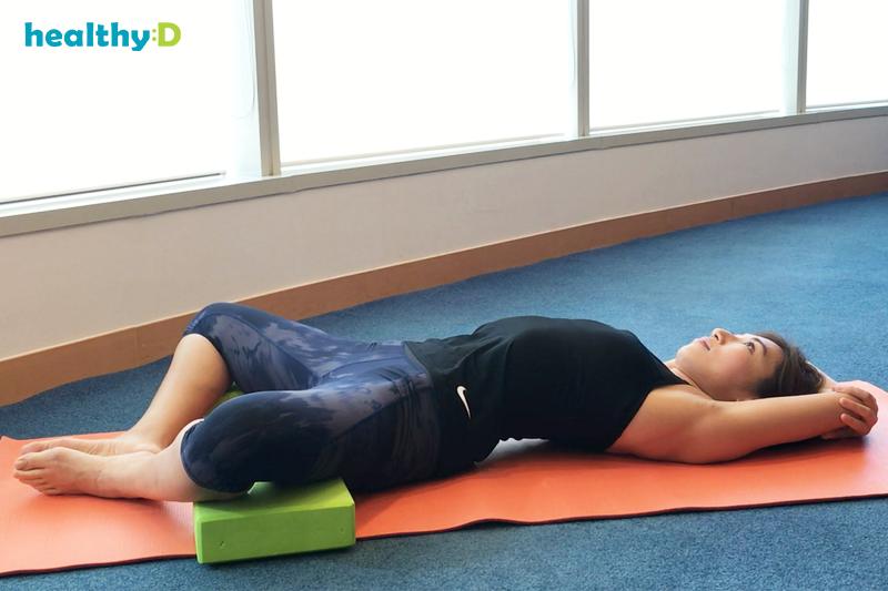 【有片】瑜伽紓肩膀繃緊:躺束角式4