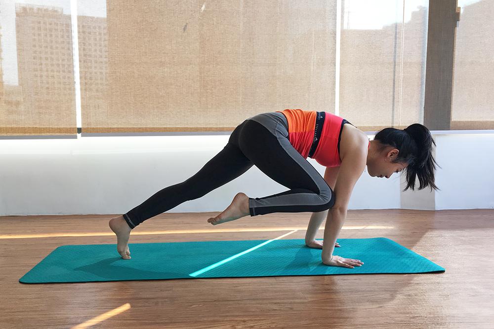 簡易瑜伽收腹:蜘蛛式平板支撐