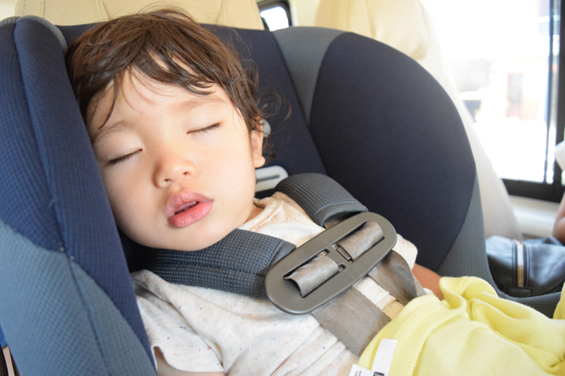 【暗藏危機】小孩穿厚外套坐安全座椅 小心被拋出車外?