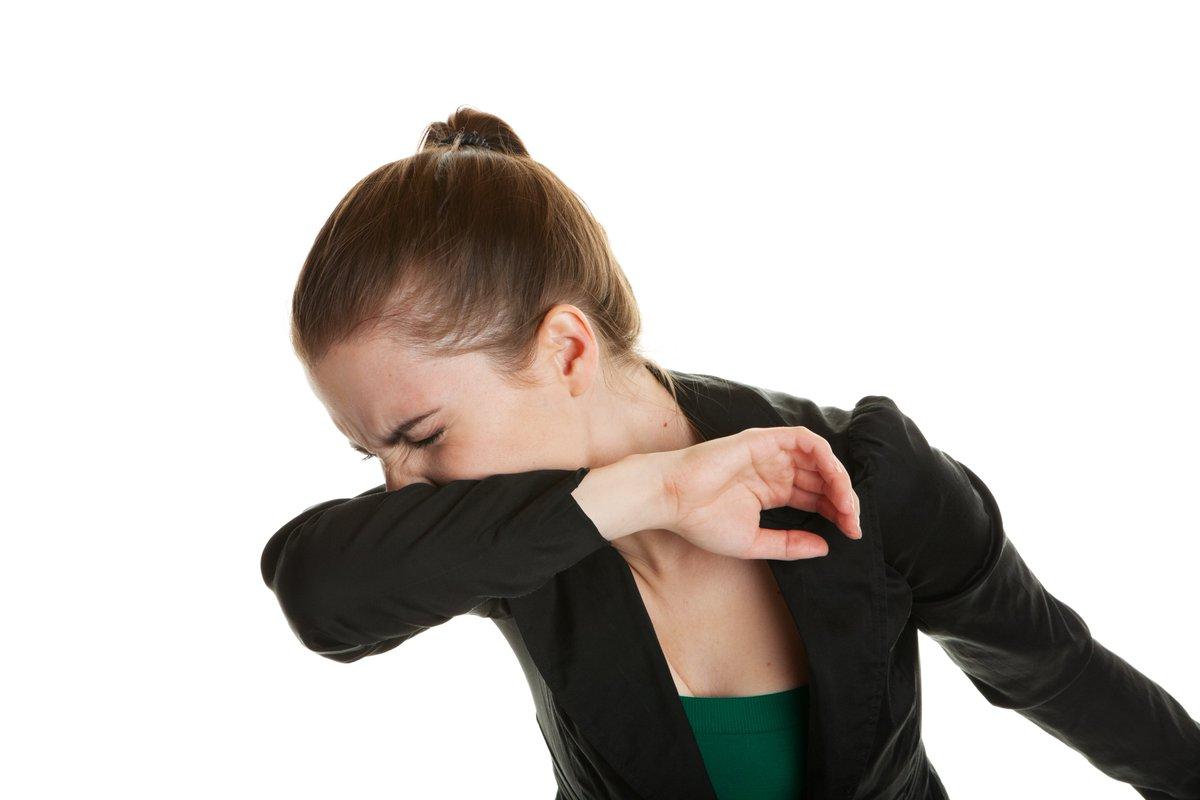 打乞嗤不應用手掌掩口鼻?測試指用手臂遮蓋更能減少飛沫散播