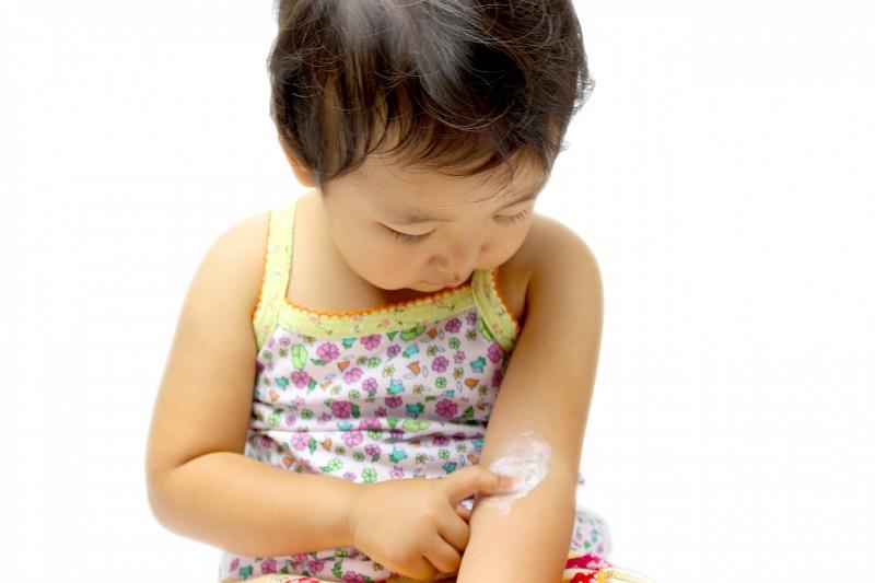 英國研究:無證據顯示嬰兒期每日用潤膚劑有助防濕疹