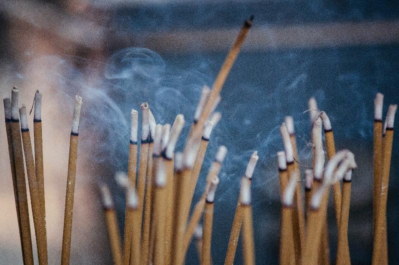 認知障礙|中大研究發現室內燒香損害長者大腦功能 削弱認知能力