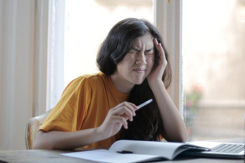 【頭痛舒緩】調查:四分一港人每次頭痛逾4小時  偏頭痛發作可致噁心、視野模糊