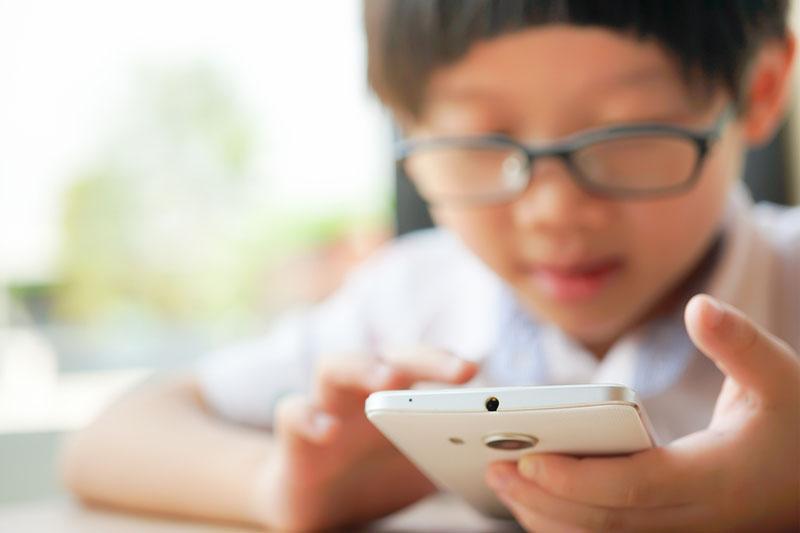 調查:學童停課期間平均每日用電子產品10小時 近視度數較一般增16%